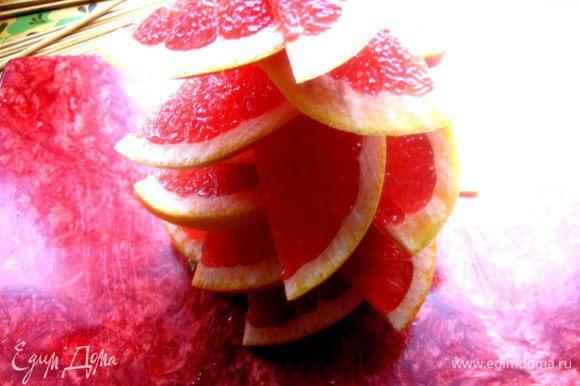 Нанизываем на шпажку... Имейте в виду, фрукт даст обильно сок, поэтому работаем сначала не на общем блюде, чтобы перенести уже без лишнего сока.