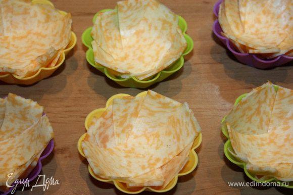 Сыр режем на полоски и выкладываем в силиконовые формочки.