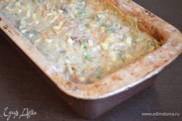 Вылить тесто в форму для кексов, сверху присыпать оставшимся сыром.