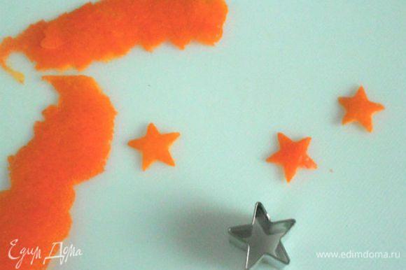 Снять тонко цедру со второй половины апельсина, вырезать формочкой мелкие звёздочки. Обмакнуть их сначала в белок, затем в сахарный песок и приложить в центр каждого печенья. (Этот пункт по желанию.) Хюва руокахалуа! Приятного аппетита!