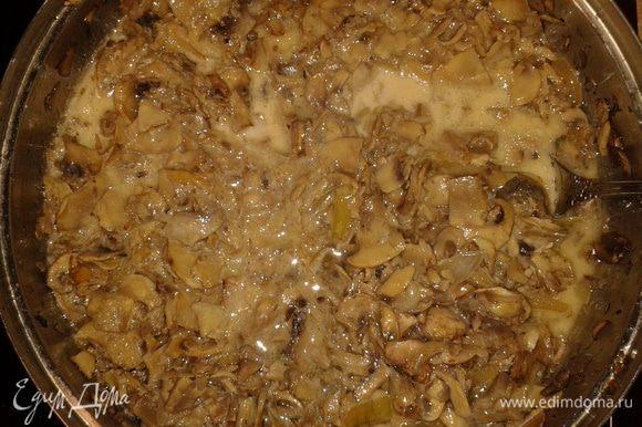 Грибы помыть, нарезать лук и грибы, пожарить на подсолнечном масле, посолить, в конце добавить сливки.