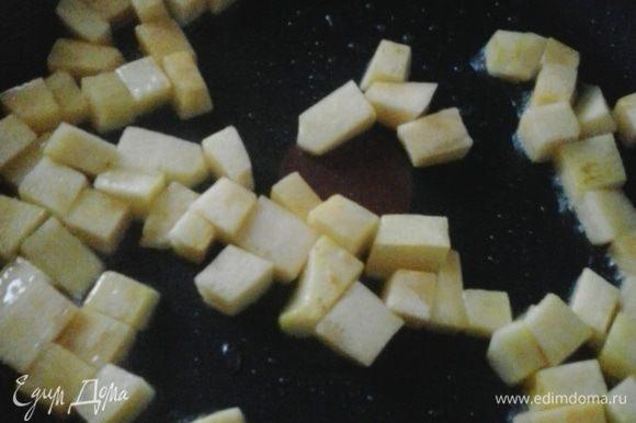 Тыкву нарезаем небольшими кубиками, обжариваем на оливковом масле до золотистой корочки. Готовую тыкву выкладываем на бумажное полотенце, чтобы лишнее масло стекло, немного солим и посыпаем свежемолотым перцем.