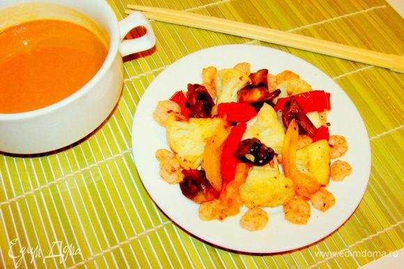 Муку обжарить до золотистого цвета, смешать с соусом соевым, водой и бальзамическим уксусом. Залить получившимся соусом овощи. Дать настояться 5 минут, перемешать.