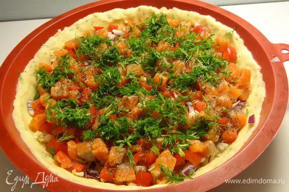 Мелко порежьте зубчик чеснока и положите в начинку. Добавьте соль, два вида молотого перца и тимьян. Присыпьте сверху свежим укропом.