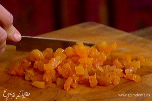 Курагу мелко порубить (3–4 штуки оставить) и добавить в гречневое тесто, все перемешать.