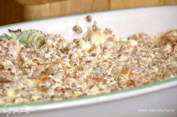 Небольшую керамическую жаропрочную форму смазать растительным маслом и равномерно выложить тесто.