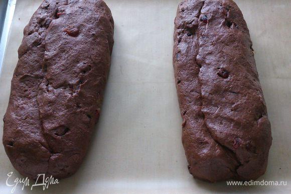 Выложить штоллены на выстланный пергаментом противень и выпекать в духовке 20 минут при температуре 180С и 45 минут при 160С.