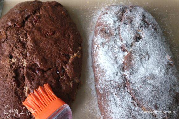 Теплые штоллены смазать растопленным маслом и посыпать сахарной пудрой. Эту процедуру повторить 2 раза.