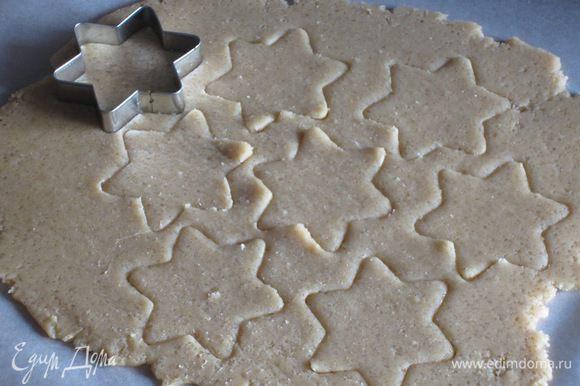 Раскатать тесто толщиной в 0.3 см и с помощью формочек вырезать печенье. Выложить печенье на противень с пергаментом и выпекать в разогретой до 180 °С духовке 12 минут. Печенье остудить.