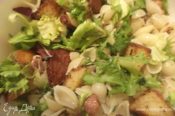 Макароны, обжаренные колбасу и бекон, крутоны выложить в салатник, полить заправкой, перемешать. Посыпать салат руколой. Угощайтесь!!!