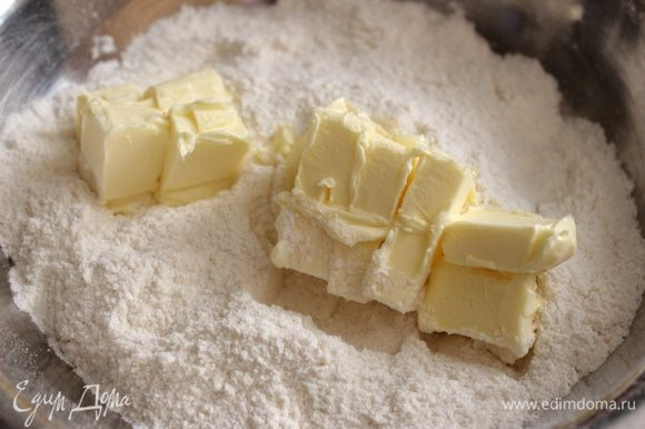 Муку смешать с сахаром, солью, разрыхлителем и ванилином. Размягчённое масло нарезать кубиками и растереть с мучной смесью в крошку.