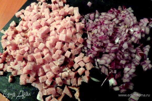 Измельчить мясо и лук... Несколько кубиков мяса выпросили умоляющие кошачьи глаза...