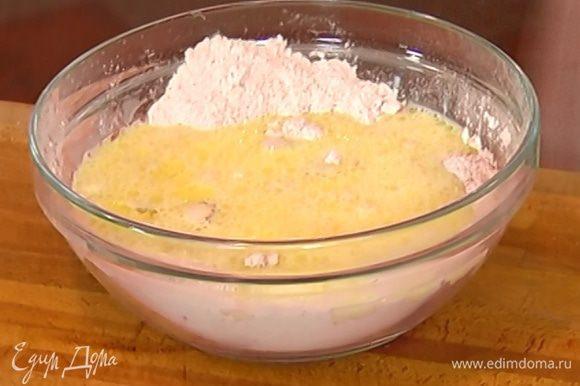 Яйцо соединить со 100 мл оливкового масла, молоком и апельсиновым соком и влить все в муку.