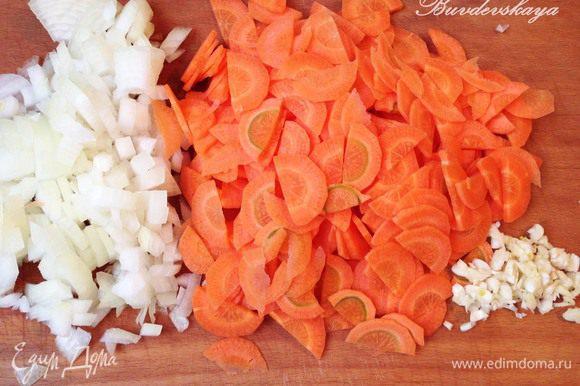Лук помыть, очистить от шелухи нарезать мелкими кубиками. Морковь вымыть, очистить, разрезать вдоль и нарезать тонкими ломтиками. Чеснок очистить и мелко порубить ножом.