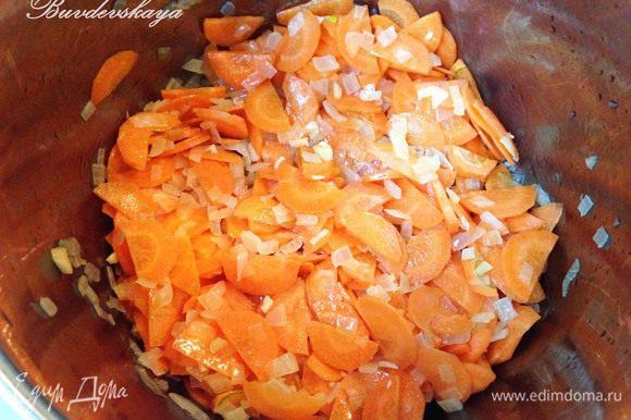 В большой кастрюле с толстым дном разогреть оливковое масло и обжарить на среднем огне лук до мягкости. Добавить морковь, чеснок, карри и готовить помешивая 5 минут.