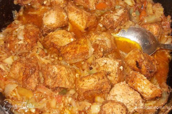 За 5 минут до готовности вернем мясо в сковороду к овощам и вольем сок. Накрыть крышкой и просо дать хорошенько закипеть. Все, наше мясо готово. Приятного аппетита!!!!!