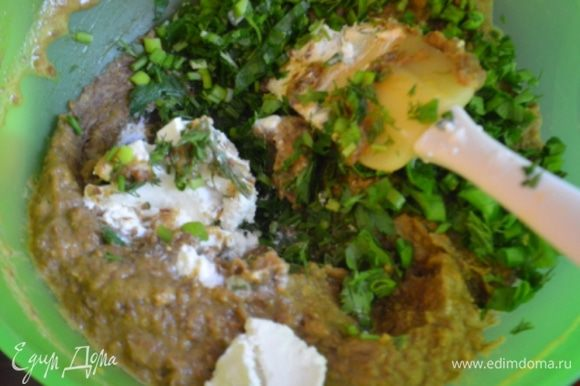 В тесто добавить нарубленный зеленый лук и 100 г феты.