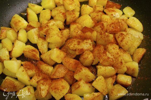 Через 20 минут открыть крышку и присыпать картошку сладкой паприкой. Перемешать.
