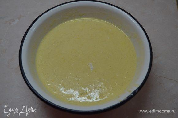 В миске смешиваем размягченное сливочное масло, молоко, сметану, яйца, ванильный экстракт, слегка взбиваем вилкой.