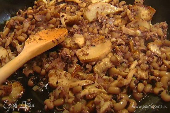 В сковороду с грибами добавить 1 ст. ложку тапенада, перемешать, затем добавить отваренную фасоль и, помешивая, все прогреть.