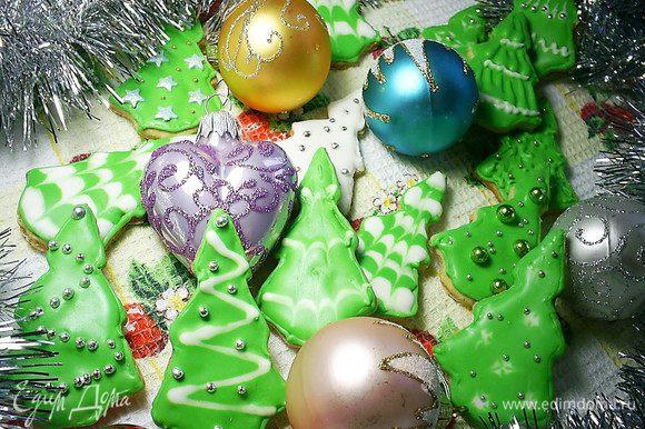 А можно пересилить свою лень, приготовить айсинг. Нам понадобится айсинг белого и зеленого цветов, кондитерские посыпки в виде бусинок, звездочек и т.п. И даем волю своей фантазии. Полученные елочки можно подарить, если заранее в заготовке сверху сделать дырочку для нитки, ими можно украсить новогоднюю елку, а можно... просто съесть. Выбирайте вариант себе по душе! Рецепт приготовления айсинга и идеи оформления елочек можно посмотреть тут http://www.edimdoma.ru/posts/13639.