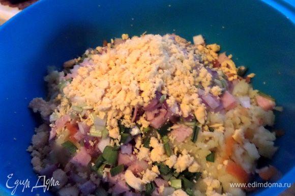 Яйца отварить заранее, отделить желтки и размять в салат.