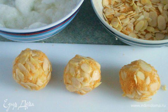 Белки слегка взбить венчиком. Каждый картофельный шар окунуть в белок, затем обвалять в миндальной панировке.