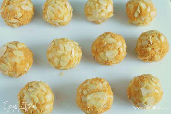 Прижать миндаль плотнее, выложить на разделочную доску и убрать все шары в холодильник на 30 мин.