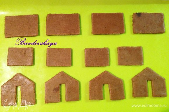 Противень застилаем пекарской бумагой или силиконовым ковриком. И ОЧЕНЬ АККУРАТНО (т.к. тесто легко деформируется) переносим на него детали из теста. Ставим в предварительно разогретую духовку до 180 ° С минут на 7-9 (зависит от толщины деталей и особенностей духовки). Пряничные детали не должны сильно зарумяниться ! Вынимаем из духовки и даем остыть.