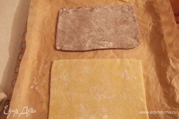 Через пол часа, достать тесто из холодильника. Половину каждого раскатать толщиной 1 см, в прямоугольники и обрезать ровно края. Выложить на пергаментный лист. Отправить в морозильную камеру на 10 минут. Остальное тесто вернуть пока в холодильник.