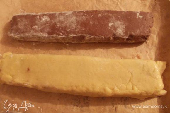 Заворачиваем и обрезаем не нужные края. Также поступаем с шоколадным тестом. Раскатываем его и укладываем шахматным порядком, которые можно сделать из оставшихся двух полосок и сделать новые из обрезанных частей. Поместить наши блоки в морозилку на пол часа, пока хорошо не застынет.