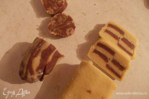 Порезать толщиной в 1 см. Из остальных, ненужных обрезков, можно скатать вот такую колбаску и тоже порезать.