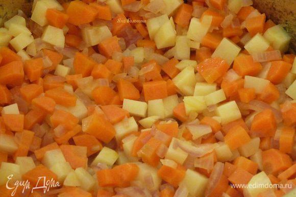 Картошку, морковку, грибы и лук почистить и порубить на кубики, чеснок выдавить. В большой тяжелой кастрюле разогреть масло, добавит картошку и обжарить минут 10 помешивая, добавить морковку, лук и чеснок, обжарить минут 10 помешивая.