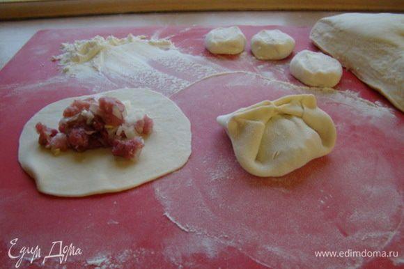 Замешиваем тугое тесто, если получилось не очень тугое, то в следующий раз в рецептуру не добавлять растительное масло, и тесто будет более податливое, лепешки более тонкими. Раскатываем тонкие лепешки, закладываем фарш, формируем манты.