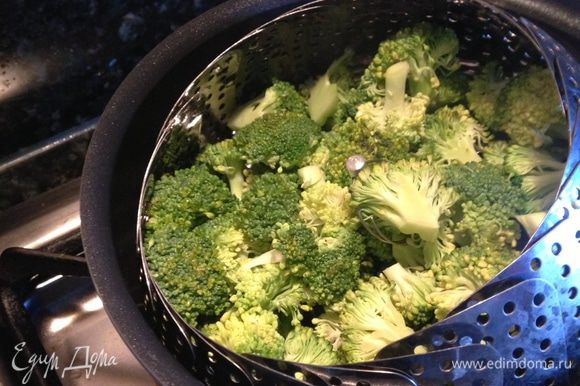 Поставить вариться макаронные изделия в подсоленной воде. Шалот мелко порезать. Пока варятся макароны, нам надо помыть брокколи, разобрать её на мелкие соцветия и отварить на пару минут 5-6.