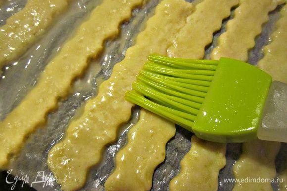 Покрыть палочки взбитым яйцом и посыпать маком. Выпекать 15 мин в духовке, нагретой до 180 гр.