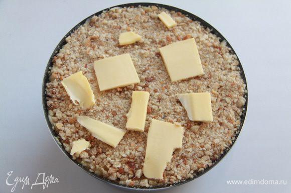 Далее выложить оставшееся пюре, обильно присыпать сухарями. Сверху выложить кусочки масла. Выпекать при 180*С примерно 25-30 минут.