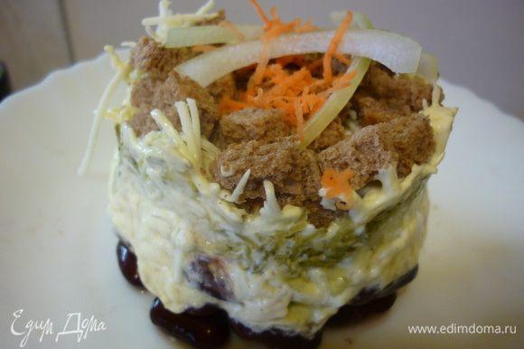 Сервировочное кольцо аккуратно снимаем, украшаем по-студенчески луком и остатками морковки. Не смотря на скромный внешний вид, отсутствие мяса и присутствие хлеба, салат очень нежен и приятен на вкус. вспомним молодость...