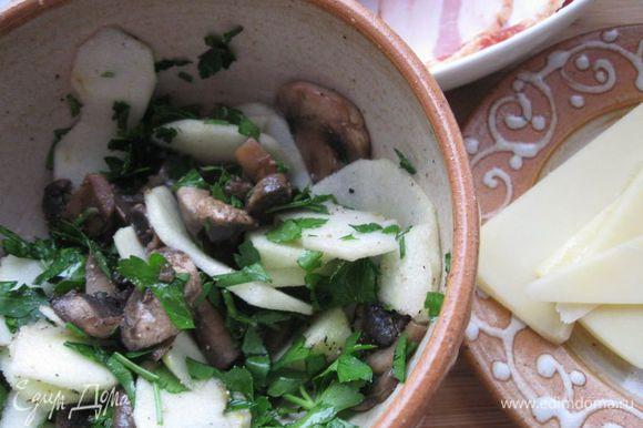Начинку (грибы, яблоко, петрушку) перемешать, посолить, поперчить.