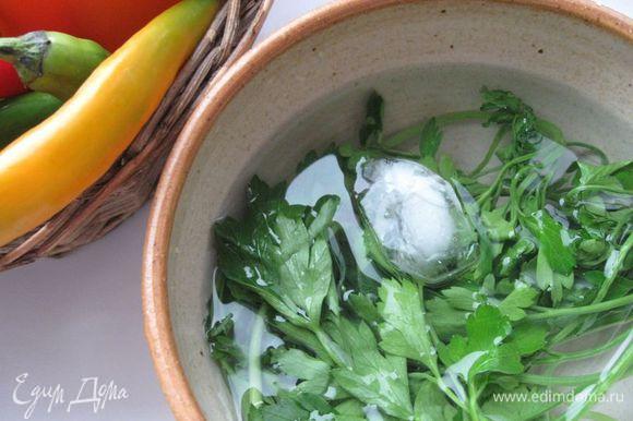 Оставшиеся яблоки не чистить, разрезать на восьмушки, удалить семена. Да, вот еще. Если петрушка у вас «приуныла», можете ее реанимировать в холодной воде со льдом. Примерно 20 минут будет достаточно.