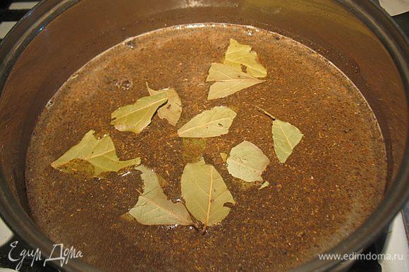 В кастрюльку наливаем воду и даем ей закипеть. В кипящую воду добавляем специи и кипятим 2-3 минуты. Снять с огня добавить уксус и растительное масло. Накрываем крышкой и охлаждаем до комнатной температуры.
