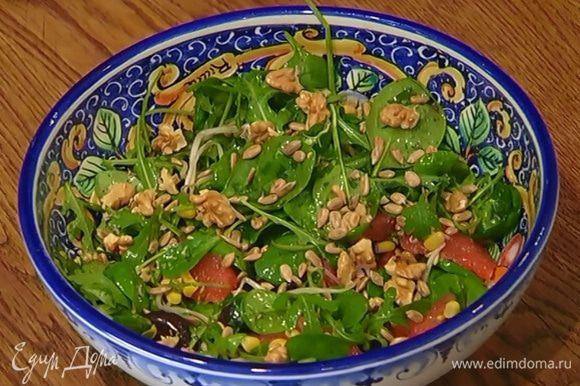 Грецкие орехи поломать и выложить сверху на салат.