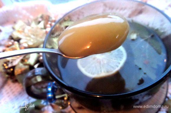 Конечно, мёд не стоит добавлять в горячий чай, иначе он теряет свои свойства частично.