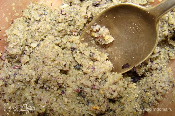 Измельчить в блендере базилик и чеснок, добавить масло оливковое. Отдельно измельчить сыр и кедровые орешки, орешки измельчатся не все полностью, но это и не надо. Потом все смешать, если надо измельчить еще более мелко.