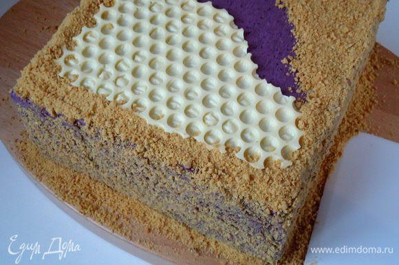 Остальную поверхность и бока торта обсыпать крошкой. Дать торту пропитаться в течение 12 часов.