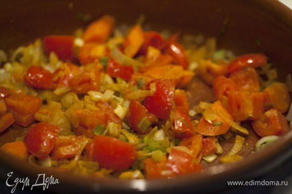 Между тем, разогреваем на сковороде одну столовую ложку оливкового масла и поджариваем листья шалфей в течение 10-20 секунд.