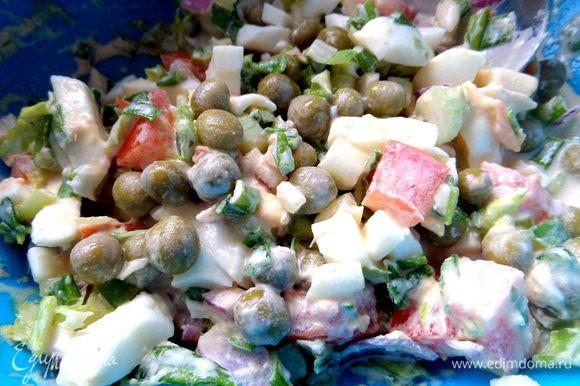 Быстрый салатик сделал и придумал младший сын (находит иногда кулинарное желание!). Состав: горошек, зелёный лук, красный лук, помидоры, яйца, заправка майонез пополам со сметаной.