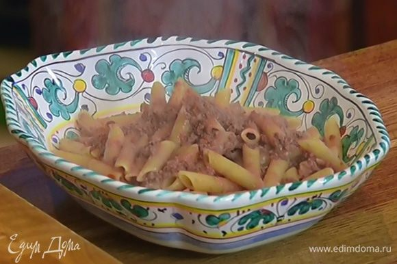 В горячие макароны добавить мясной соус, все перемешать.