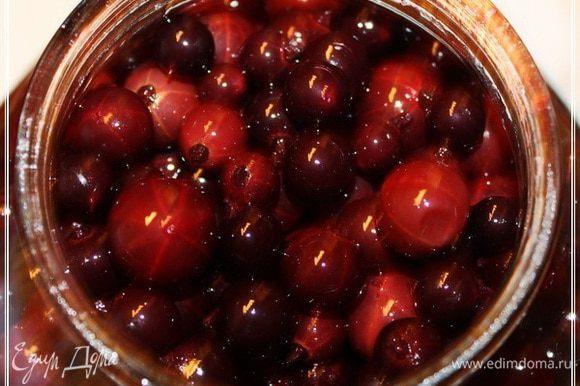 Через две недели будет вот такая картина. Водки «поверх» ягод не будет. А сами ягоды, хоть и «взбледнут», но в объеме явно прибавят.
