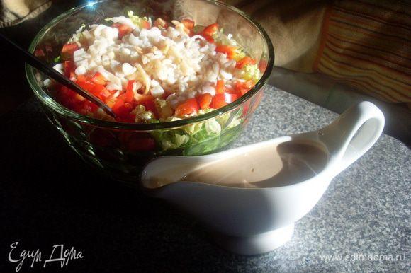 Подавать салат и соус можно отдельно или перемешав немедленно подавать, т.к. огурец дает сок и соус, постояв, станет водянистым.